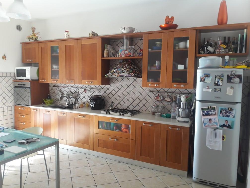 PRIMA - Cucina colore ciliegio originale con top bianco (1)