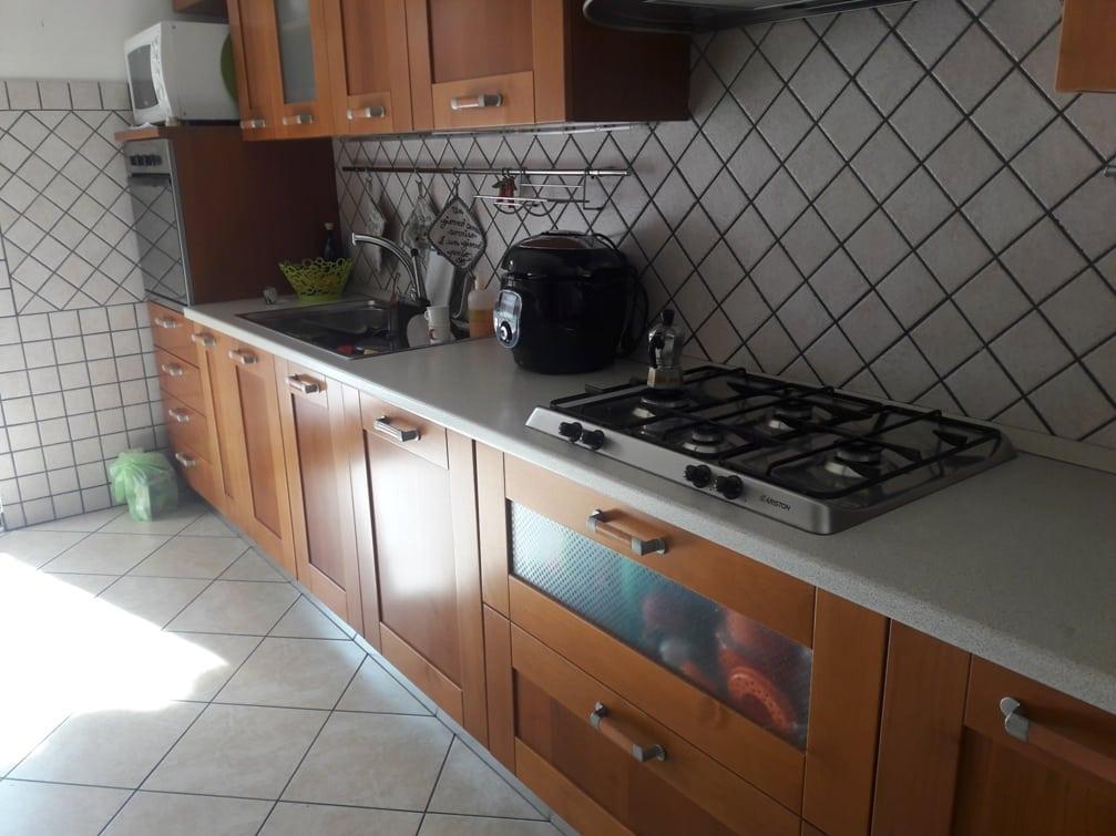 PRIMA - Cucina colore ciliegio originale con top bianco (2)